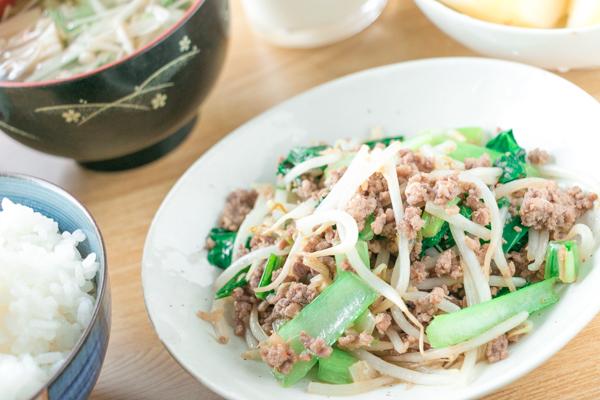 ひき肉ともやし・小松菜のピリ辛炒め