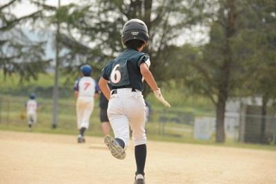 ランニングをする野球少年
