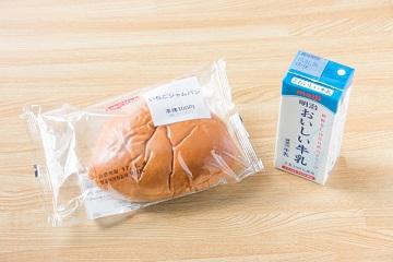 サッカー選手の間食(補食)メニュー(いちごジャムパン+牛乳)