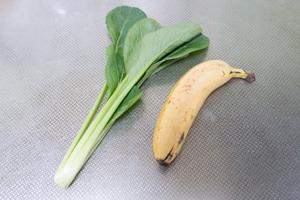 材料(小松菜1株とバナナ1/2本)
