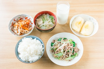 サッカー選手の夕食メニュー(ひき肉ともやしのピリ辛炒め献立)