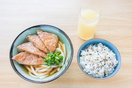 試合当日の朝食(きつねうどん、ごはん200g、りんごジュース)