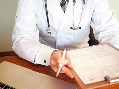 病院で医師の診察を受ける