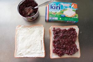 食パンにクリームチーズとあんこを塗る
