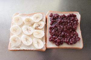 バナナをスライスしてパンにのせる