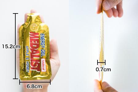 メダリストエナジージェルの大きさ(幅6.8cm、縦15.2cm、厚さ0.7cm)