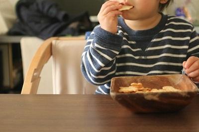 お菓子ばかり食べる子供