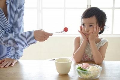 食事をあまりとらない子供