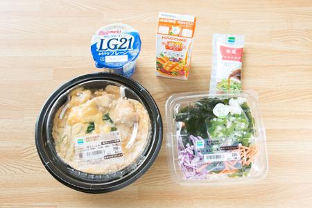 コンビニのメニュー例①(親子丼、海藻サラダ、ヨーグルト、野菜ジュース)