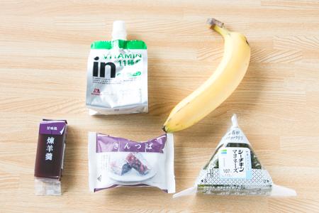 コンビニで買える補食(ようかん、エネルギーゼリー、バナナ、おにぎり)