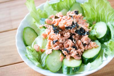 サラダにかけた鮭フレーク