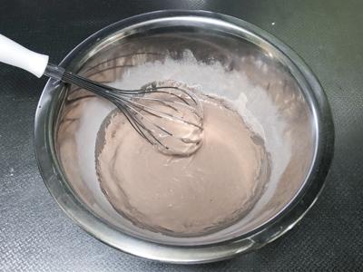 牛乳、サラダ油、プロテインを混ぜる