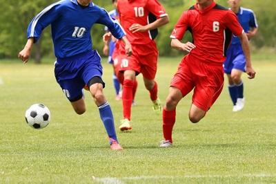 部活動でサッカーをしている中学生