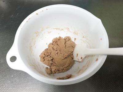 薄力粉、プロテインを加えて混ぜ合わせる