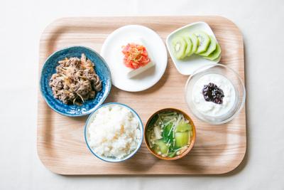 ごはん、牛肉とごぼうのしぐれ煮、豆腐、中華スープ、キウイ、ヨーグルト