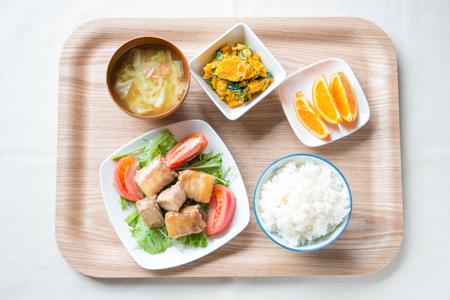 ごはん、高野豆腐の肉巻き、かぼちゃサラダ、キャベツのみそ汁、オレンジ