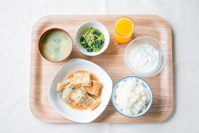 ごはん、さば味噌、ほうれん草のナムル、中華スープ、ヨーグルト、オレンジジュース