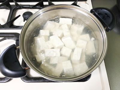 豆腐をゆでる